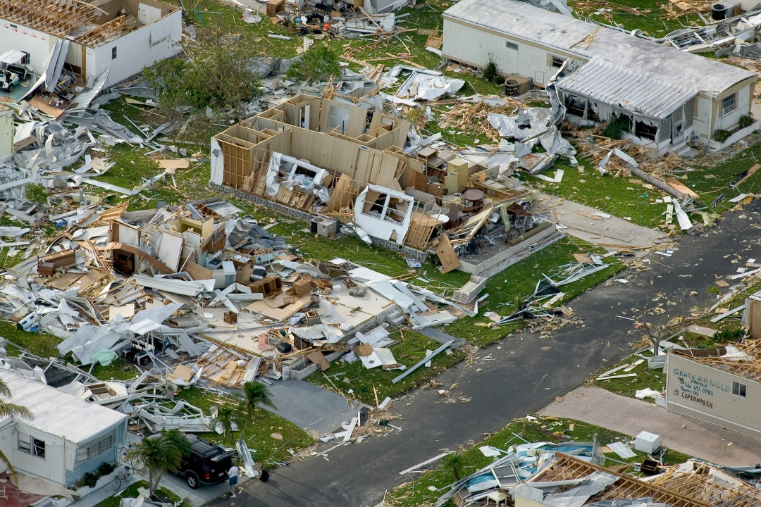 Effects_of_Hurricane_Charley_from_FEMA_Photo_Library_7